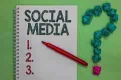 De Sociale Media van de handschrifttekst Concept die Online verfrommelde het Notitieboekjeteller betekenen van Microblogging van  royalty-vrije stock foto