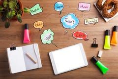 De sociale Pictogrammen van het Netwerk Groep kleurentekens met de sociale media diensten Stock Foto