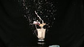 De soda kan mixer stock footage