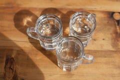 De soda spritzer drinkt verfrissing Drie Glaskop van witte wijn op houten lijst in Wijngaarden in Heuriger-herberg in Oostelijk O royalty-vrije stock foto