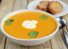 De soep en het brood van de pompoen Stock Foto