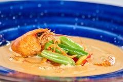 De soep met rivierkreeften en groenten in plaat, sluit omhoog royalty-vrije stock foto's
