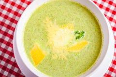 De soep van de broccoliroom met kaas in witte kom stock foto