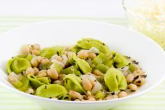 De soep van de boon en van tortellini stock foto