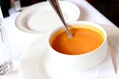 De soep van de Butternutpompoen voor lunch Stock Foto's