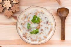 De Soep van de cantharelroom met verse kruiden Stock Foto's