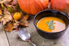 De soep van de de herfstpompoen met kleurrijke achtergrond stock afbeelding