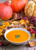 De soep van de de herfstpompoen met kleurrijke achtergrond stock afbeeldingen