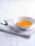 De soep van de de herfstpompoen op wit tafelkleed royalty-vrije stock foto
