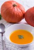 De soep van de de herfstpompoen op wit tafelkleed stock fotografie