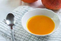 De soep van de de herfstpompoen op wit tafelkleed stock afbeeldingen