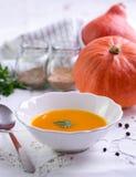 De soep van de de herfstpompoen op wit tafelkleed royalty-vrije stock fotografie