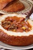 De soep van de goelasj in een broodkom royalty-vrije stock afbeeldingen