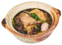 De soep van de kip en van het kruid in pot stock afbeelding