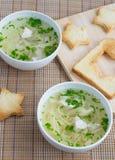 De soep van de kip met stertoosts die wordt gediend Royalty-vrije Stock Fotografie