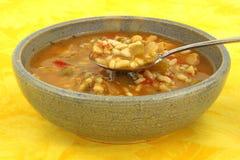 De soep van de kip in oude kom met lepel Stock Foto's