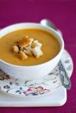 De soep van de pompoen en van de linzenroom met croutons Stock Afbeeldingen