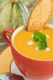 De soep van de pompoen in Heldere kom met broodplak en peterselie Royalty-vrije Stock Fotografie