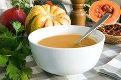 De soep van de pompoen het knippen weg Stock Foto's