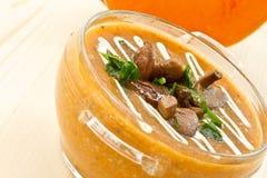 De soep van de pompoen met paddestoelen Stock Fotografie