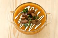 De soep van de pompoen met paddestoelen Stock Foto's