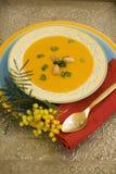 De soep van de pompoen op verzilverd tafelgerei Stock Foto