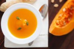 De soep van de pompoen in witte kom Stock Foto