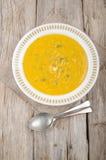 De soep van de pompoenaardappel en lepel twee Royalty-vrije Stock Foto's