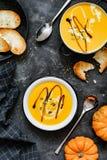 De soep van de pompoenroom in kom stock foto's