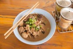 De soep van de rundvleesnoedel op houten lijst Stock Afbeelding