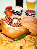 De soep van de Spaanse peper in een broodkom stock foto's