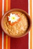 De soep van de tomaat bij een lijst Stock Afbeeldingen