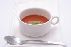 De soep van de tomaat met basilicum versiert Stock Foto's