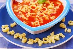 De soep van de tomaat met deegwaren voor kind Royalty-vrije Stock Foto