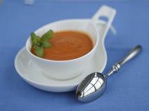 De soep van de tomatenpeper die in aardige pot wordt gediend Royalty-vrije Stock Afbeeldingen