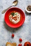 De soep van de tomatenroom in rode boog, grunge achtergrond Royalty-vrije Stock Afbeelding