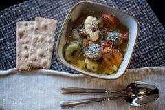 De Soep van de Tortelliniworst met Crackers en Lepels Stock Fotografie