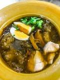 De soep van de vissenkrop met vlees, ei en groente in aarden kom Gesmoorde Vissenkrop in rode jus, Aziatisch Thais Chinees straat stock fotografie