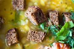 De soep van erwten met toost stock fotografie