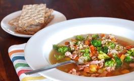 De soep van het konijn met gerst en groenten stock afbeelding