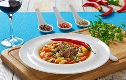 De soep van het ossestaartvlees met wortelgewassen, bonen stock afbeelding