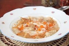 De soep van het rundvlees met wortel, noedels en brood Stock Afbeeldingen