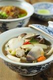 De soep van het tweekleppige schelpdier in een kom Stock Foto's