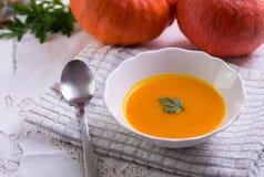 De soep van pompoenhokkaido op wit tafelkleed stock afbeelding