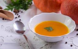De soep van pompoenhokkaido op wit tafelkleed royalty-vrije stock afbeeldingen
