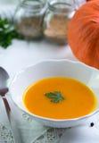 De soep van pompoenhokkaido op wit tafelkleed royalty-vrije stock afbeelding