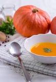 De soep van pompoenhokkaido op wit tafelkleed royalty-vrije stock foto's