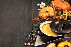 De soep van de pompoenroom in een donkere ceramische pan op de donkere achtergrond Royalty-vrije Stock Fotografie
