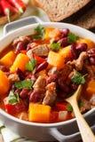 De soep van de pompoenspaanse peper met rundvlees en bonen in tomatensausmacro Ve royalty-vrije stock fotografie