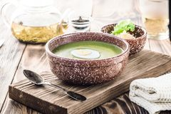 De soep van de pureeroom van groene bladsla, spinazie en kaas stock foto